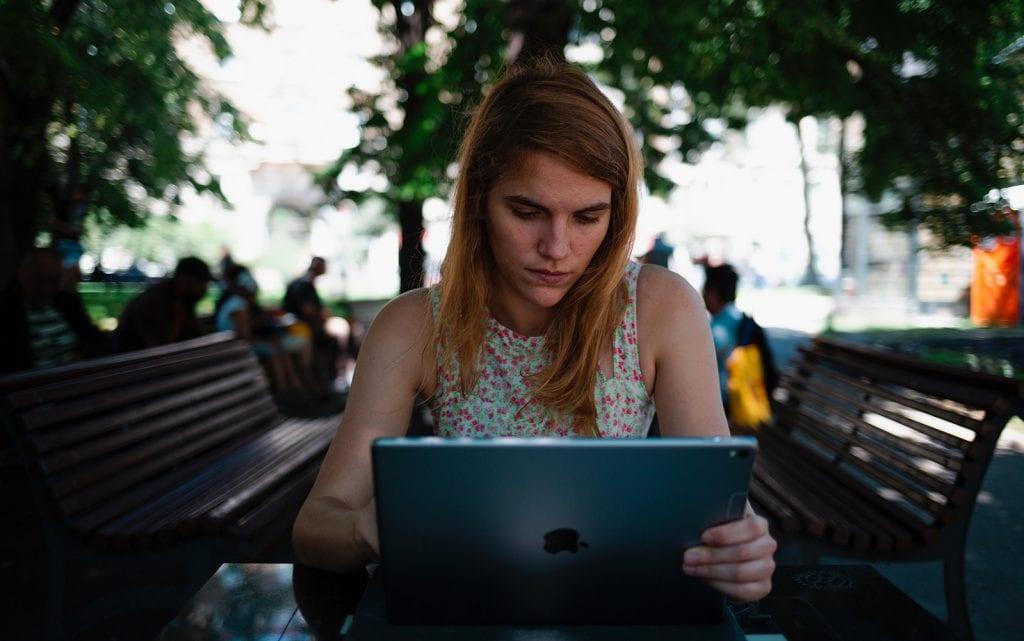 Leser content marketing artikkel på nettbrett.